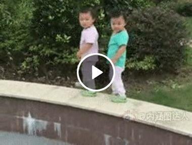 Gêmeos distraídos em passos  acaba caindo.