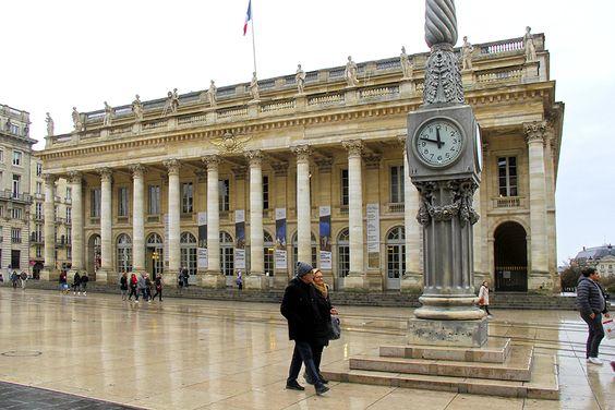 Часы и Большой Театр Бордо