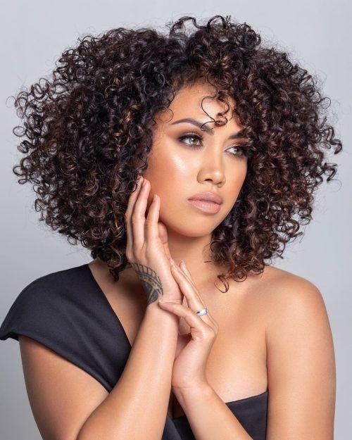 Mujer con corte redondeado tipo afro