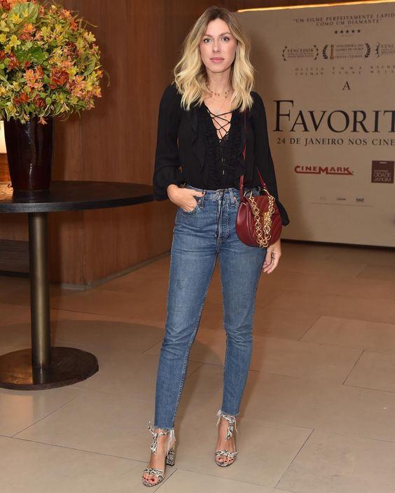 """Ontem pra pré estreia do filme """"A Favorita"""". Toda basiquinha, mas dentro do que mais me sinto confortável e """"Eu"""". Jeans + Blusa de Seda +…"""