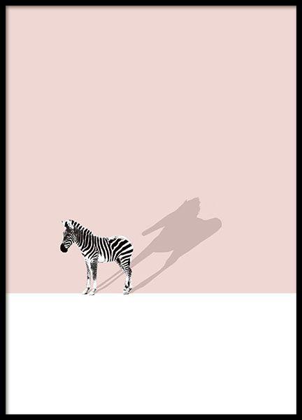 Ein Poster mit einem Zebra vor einem rosa und weißen Hintergrund. Wunderschönes Motiv, das sowohl Erwachsene als auch Kinder anspricht. www.desenio.de