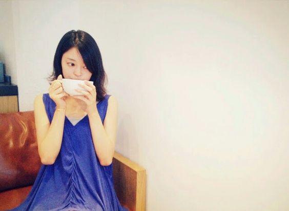 ブルーのワンピースを着てコーヒーを飲んでいる小林涼子の画像