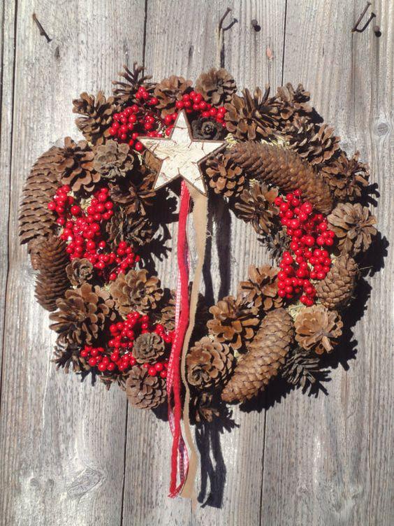 Ghirlanda di Natale, benvenuto con pigne, bacche rosse e stella