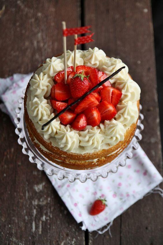 Naked cake alle fragole, crema alla vaniglia e mascarpone