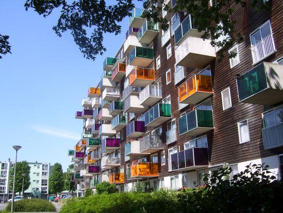 O complexo de apartamentos WoZoCo para idosos apresenta 100 unidades habitacionais em uma região de Amsterdã que foi recentemente ameaçada pela perda de áreas verdes e espaços livres devido ao grande crescimento da densidade populacional.