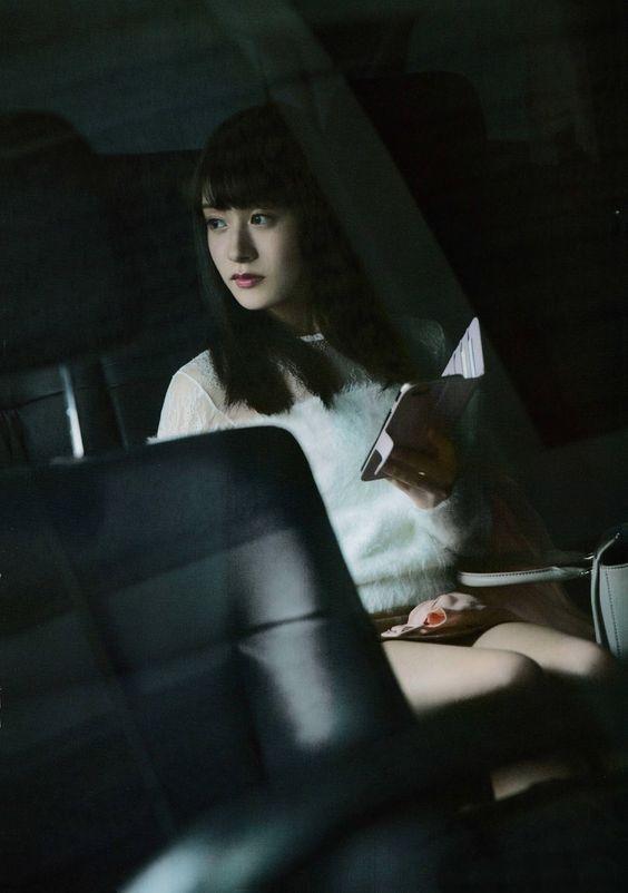 車の中でスマートフォンを手にする加藤美南