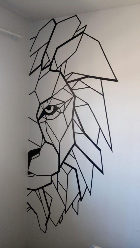 Leão feito com fita isolante na parede do quarto.