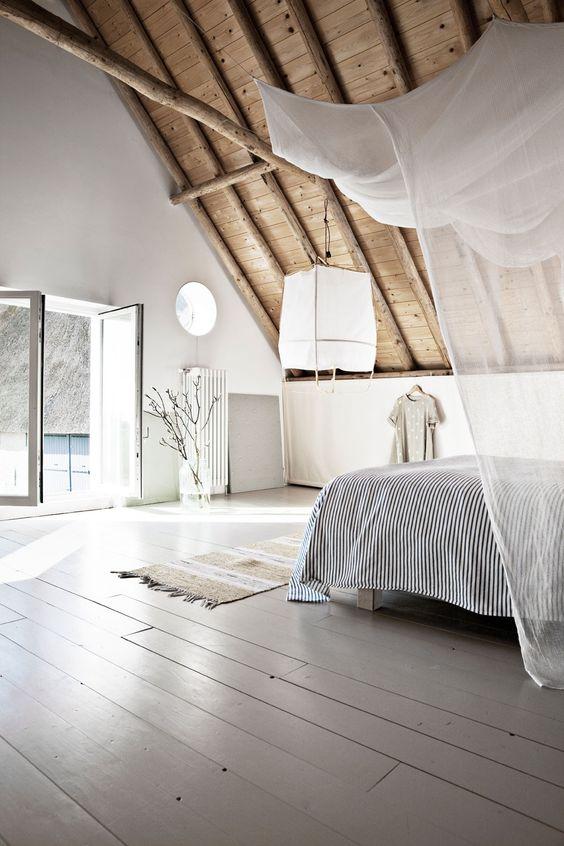 Tường sáng và sàn gỗ - bộ đôi thống trị không gian phòng ngủ áp mái