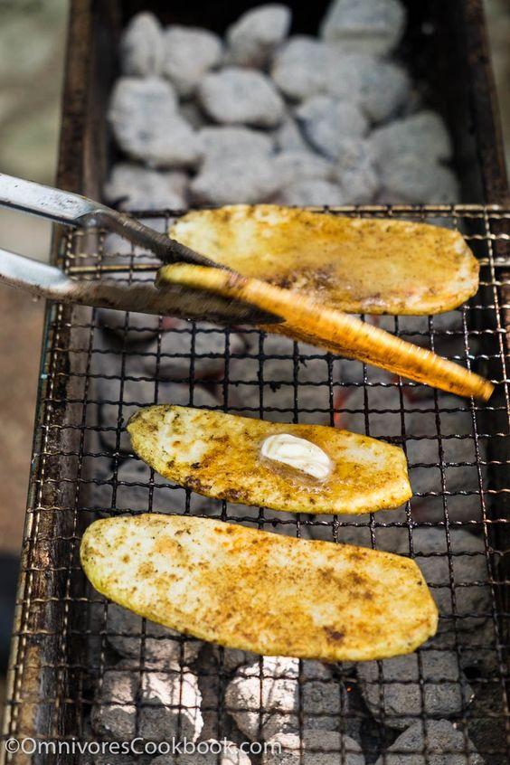 Kochen Sie die besten gegrillten Kartoffeln durch fein schneiden, Grill, bis auf der Oberfläche und cremige Textur mit Blasen bedeckt.  In Kümmel und Chilipulver es zu würzen.