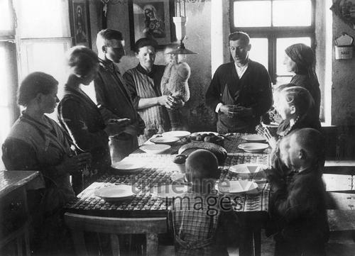 Familie beim Tischgebet, 1936 Timeline Classics/Timeline Images #1930er #1930ies #Tischgebet #Religion #historisch #historical #religious #religiös #Familie #family #Großfamilie #Kinder #Eltern #Esstisch #beten
