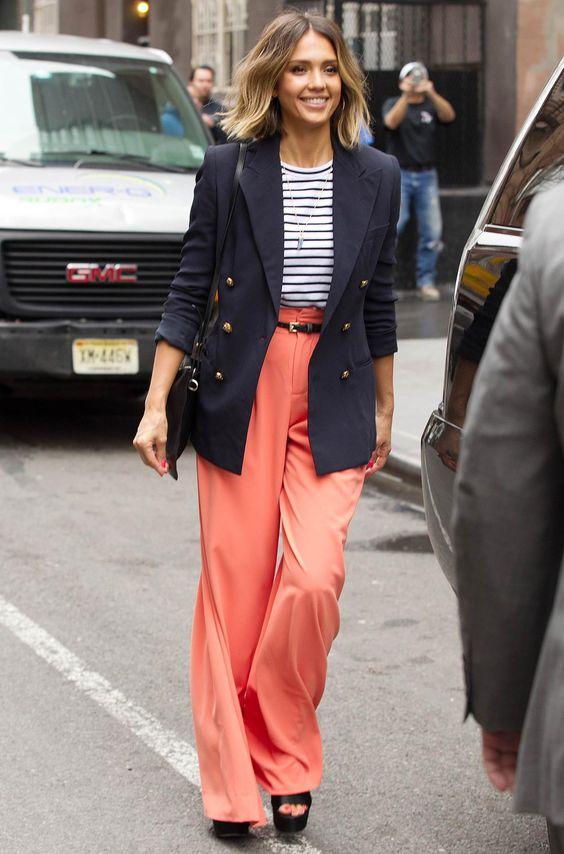 copie le look Habille-toi comme Jessica Alba: Marinière et pantalon large !
