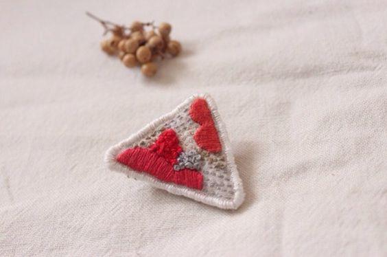 布に刺繍を施したブローチです。裏面にはフェルトを使用しております。およそ4×4cm。ひとつひとつ丁寧にお作りしておりますが、手作りらしい歪みや風合...|ハンドメイド、手作り、手仕事品の通販・販売・購入ならCreema。