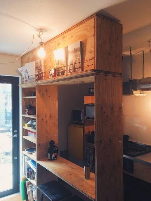 玄関の土間と一体になったキッチンにdiyでバーカウンターと収納を製作しました 玄関とキッチンがひとつながりになっているので その間仕切り の役目もあります 玄関側は見せる収納に キッチン側は見せない収納にして バーカウンターのような雰囲気にしました 上の