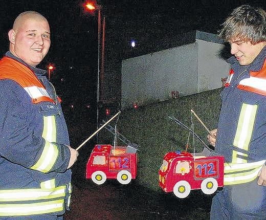 Passende Laternen Fur Die Feuerwehr Feuerwehrauto Basteln Laternen Basteln Kinder Feuerwehr