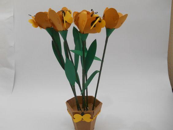 http://www.elo7.com.br/enfeite-de-mesa-abelha-unid/dp/3DD864 Lindo arranjo floral para enfeitar sua mesa principal ou mesmo a dos convidados, dando um charme exclusivo a sua festa! contem 9 flores que podem acondicionar docinhos  Feito em papal de 180 gramas Criação Tania Freitas para Dona Dondoca Criaçoes  Valor unitário  Despachamos para todo Brasil, mediante correios. R$ 65,00