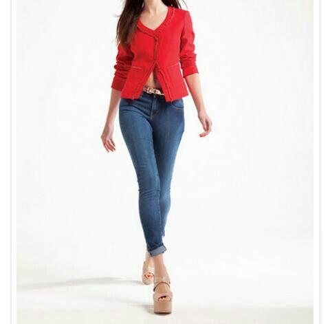 Blusa roja y jeans