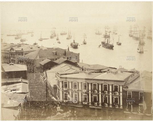 Año 1881.   Multitud en calle Esmeralda y Plaza del Orden durante el recibimiento al Gral.Baquedano y el Ejército Chileno, luego de la Campaña de Lima.    Fuente:  Fotografía Patrimonial.  M.H.N.
