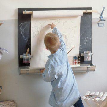 Tableau d'artiste noir ardoise et dévidoir de papier