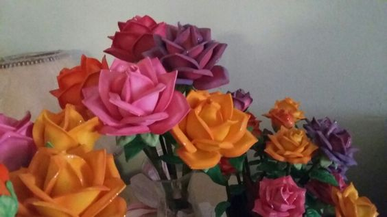 Rosas en foamy pintadas con crayones y pinturas para este tipo de material
