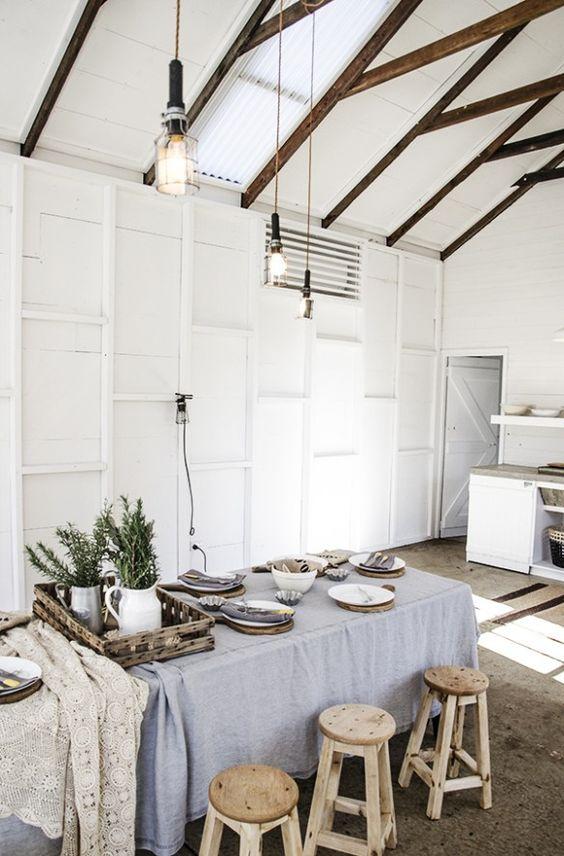 Cuisine au sol en béton brut et poutres apparentes