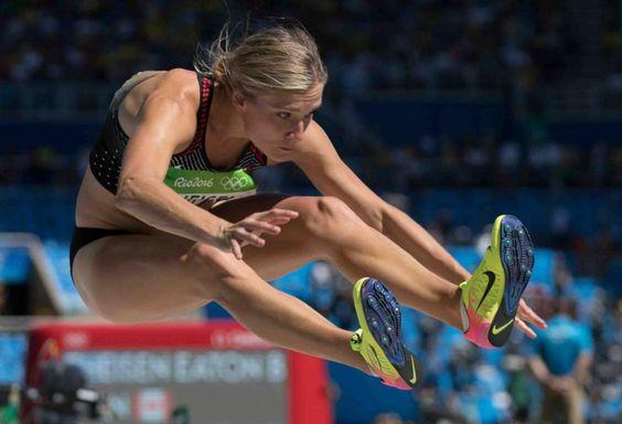 Heptathlon - BrianneTheisen-Eaton au saut en longueur lors de l'heptathlon aux Jeux olympiques  (1107×754)