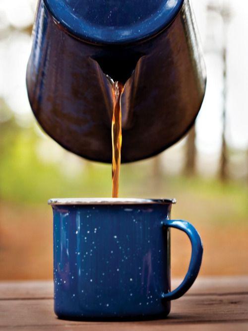 Cafetera y pocillo de peltre.: