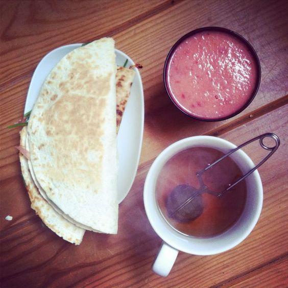 Quesadillas épinards/ brebis, smoothie pêche/pastèque et Thé à la Myrtille