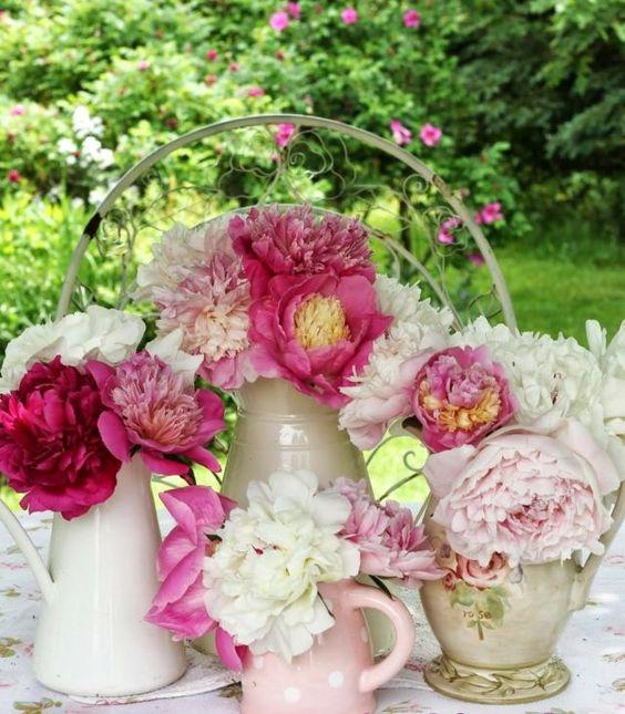 Schnittblumen Garten Pfingstrosen Gießkanne Vasen Tisch Blumengestecke