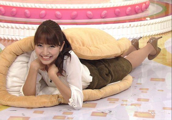 番組収録でクッションに挟まれている三田友梨佳アナの画像