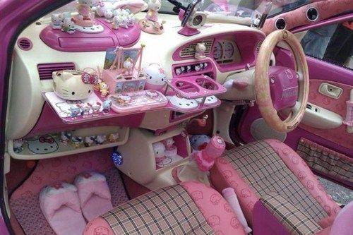 Dios mío! El coche de Hello Kitty!! No puede (I mean it) ser más cursi