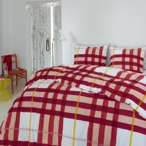 Dekbedovertrek met rode strepen en rood witte blokken.
