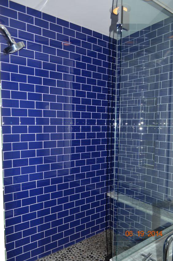 Walk in shower with shaving ledge.