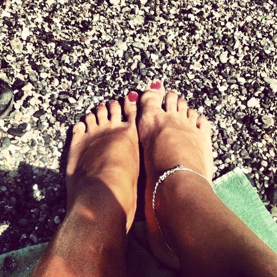 piedi sul mare desnudi