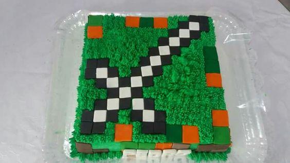 Bolo de pasta americana e chantilly com tema Minecraft.