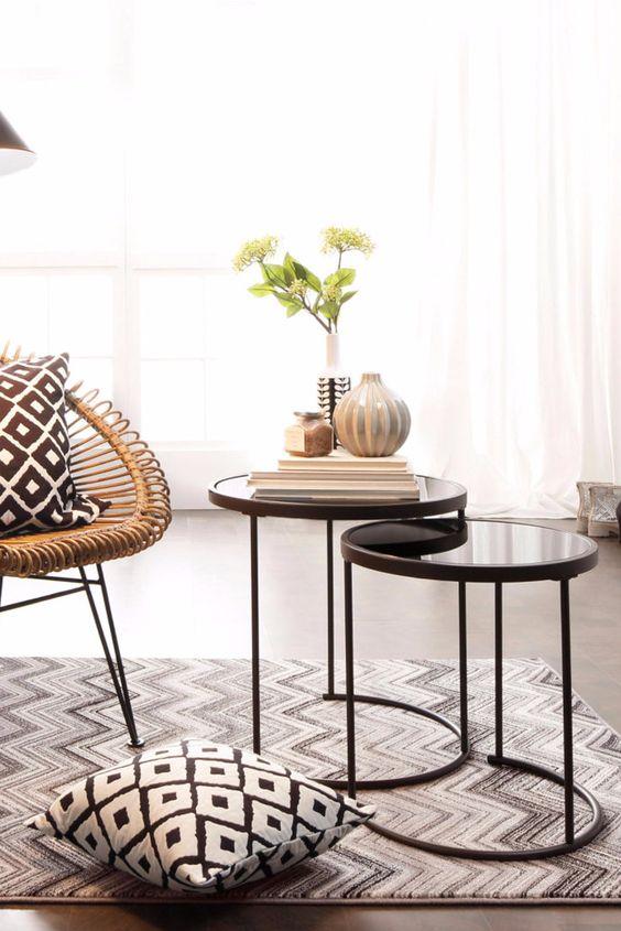 helles wohnzimmer mit hbschem glas beistelltisch und kugelvase eine hbsche leseecke