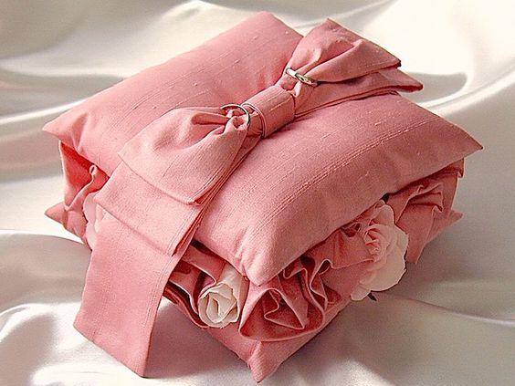 間にとも布のバラを飾ったピンクの2段リングピロー
