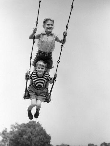 Fotografías de niños jugando. 56 fotos vintage del S. XIX y XX y 15 recientes de distintos países. Todos juegan a lo mismo, antes, ahora, aquí o allí.