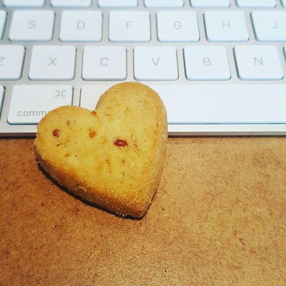Galletas que enamoran y desayunos que endulzan el día. ¡Gracias, Paula, por este delicioso souvenir para la oficina! #agencia #publicidad #lovemyjob #agency #advertising #mktdigital