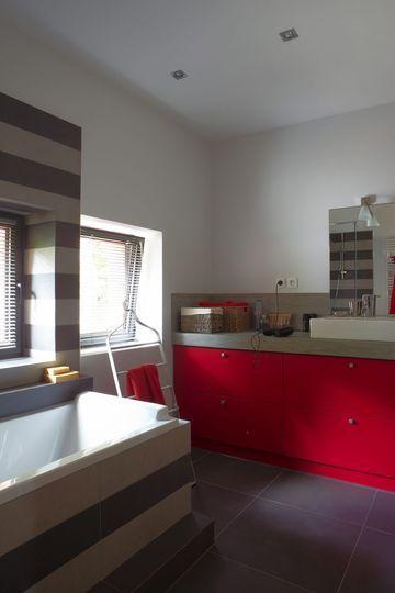 Du rouge dans la salle de bains 10 photos de salles de for Salle de bain rouge et gris