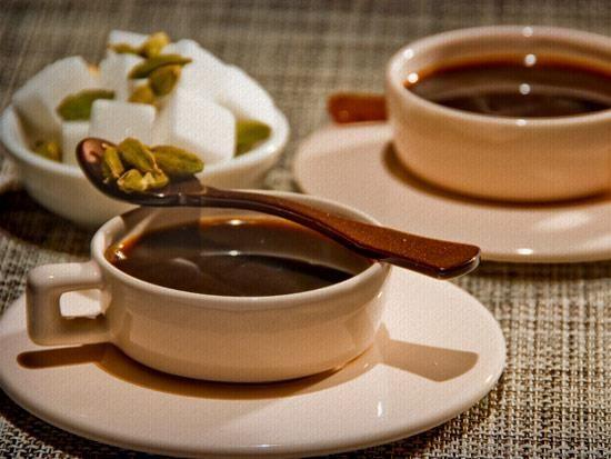 Cafezinho incrementado! Para um sabor mais picante e aromático adicione grãos de cardamomo no coador do café.