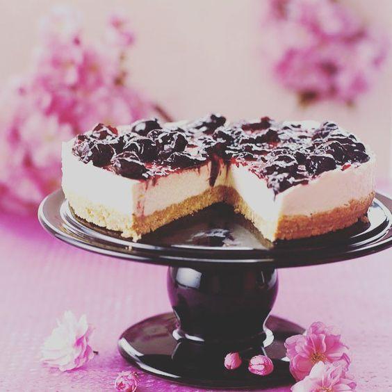 Que levante la mano quien quiera un pedazo de esta tarta ESPECTACULAR! ( # @nigellalawson )  #dessert #food #desserts #yum #yummy #amazing #instagood #instafood #sweet #chocolate #cake #icecream #dessertporn #delish #foods #delicious #tasty #eat #eating #hungry #foodpics #sweettooth