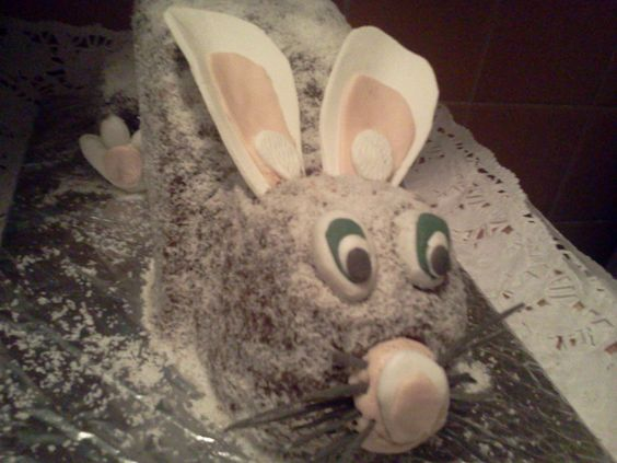 Conejo de Pascua: bizcochuelo relleno con crema de chocolate y cubierto con la misma crema y coco rayado. (2016)