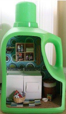 Kijk nou, wat enig! Een soort poppenhuiskamer in een lege wasmiddelfles! Ik denk meteen aan een badkamer in een shampoofles, een snackbar in een frituurvetfles… Gemaakt door Kristel Faucheux.  Gerelateerd