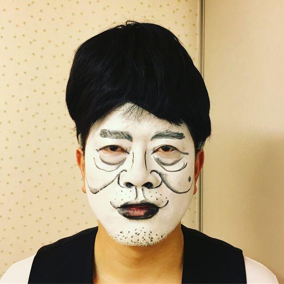 宮迫さんの顔真似をしているくっきー