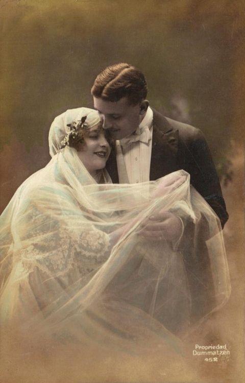 Дора мечтае да стане булка на Едуард през декември 1915 г. Но той липсва в битка и не може да бъде намерен в Първата световна война.