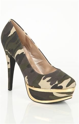 platform pump with metallic detail on heel and platform