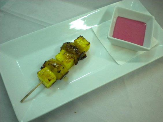 Brocheta de pollo y piña al curry con yogur de remolacha