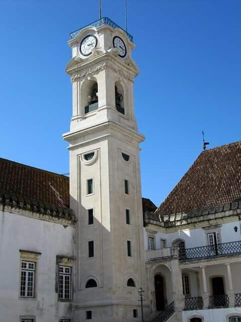 A torre da Universidade de Coimbra tem 33   metros e meio de altura . Coimbra Portugal.