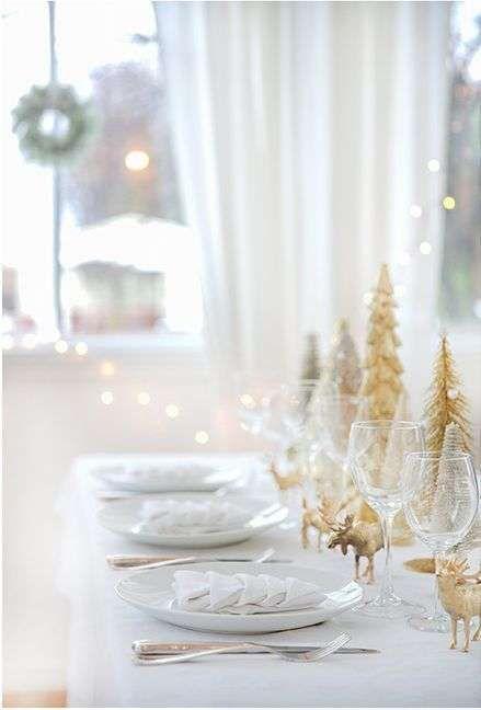 Idee per apparecchiare la tavola per la Vigilia di Natale - Tavola di Natale bianca e oro