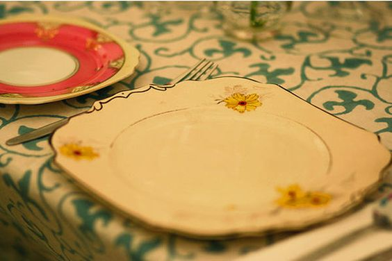 mismatched-wedding-plates...  why do people ALWAYS think I wedding should be stuff and matchy matchy???  that's so over done!  lol